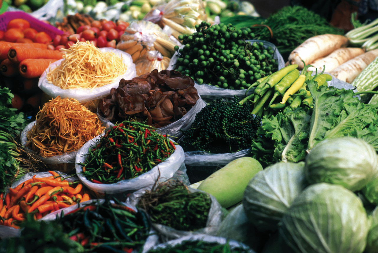 Légumes au marché de Pak Khlong Talad. (© Atamu RAHI - Iconotec))
