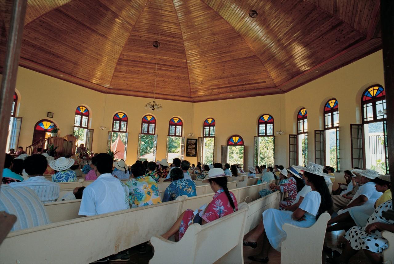 Messe dans le temple de Papetoai (© Tom Pepeira - Iconotec))