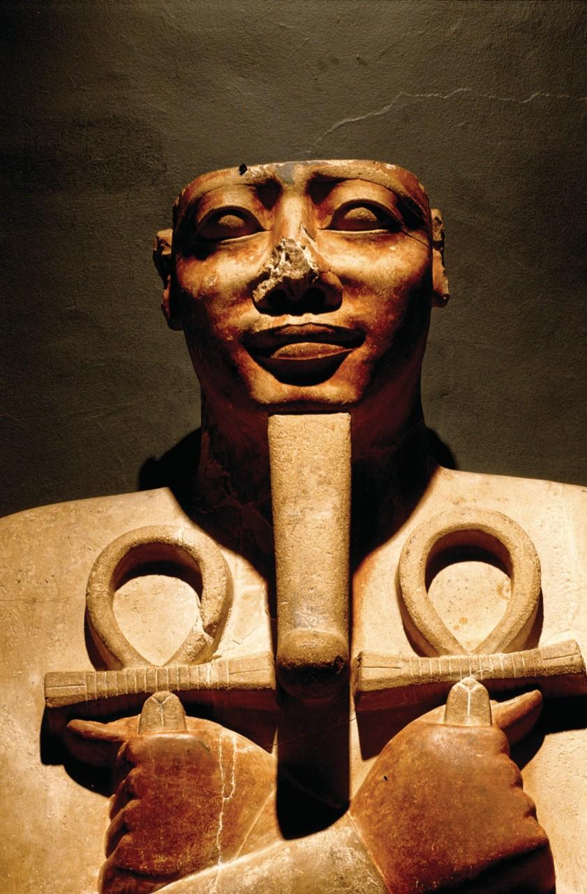 Calcaire peint représentant le pilier osiride du pharaon Sesostris I. (© Sylvain GRANDADAM))