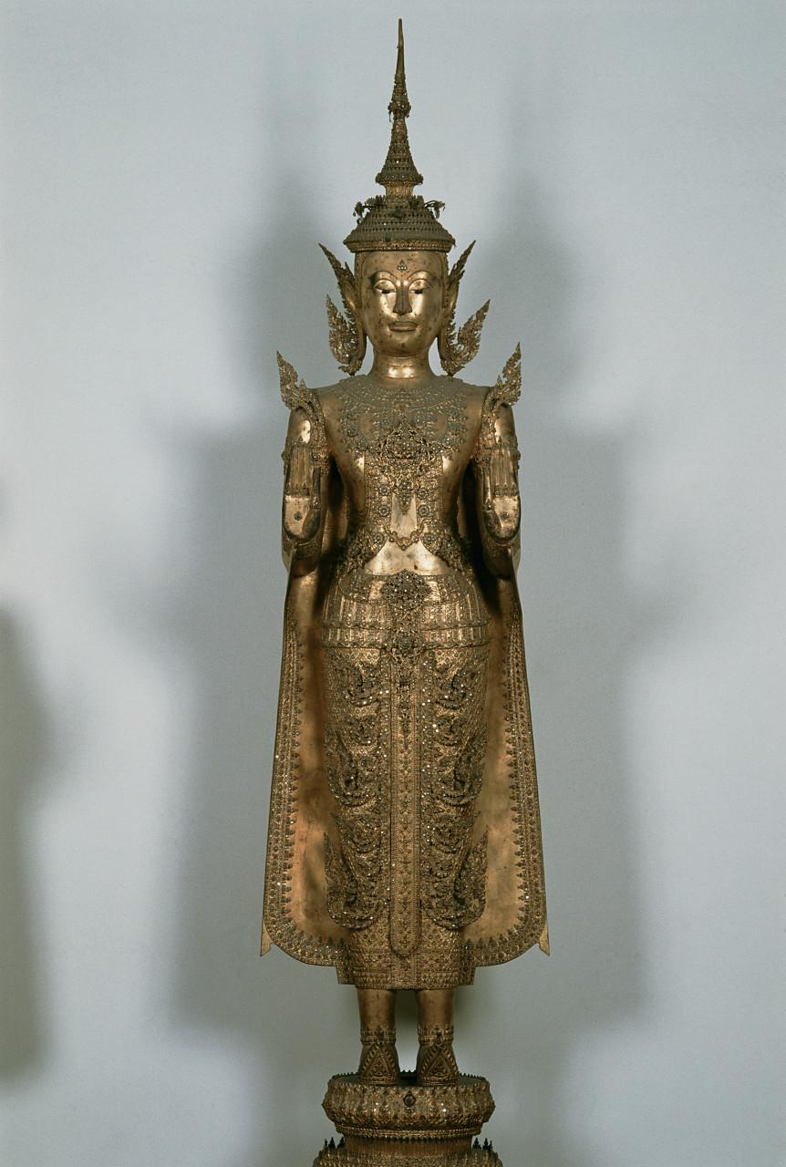 Bouddha en bronze décoré de pierres précieuses au Musée national de Bangkok. (© Author's Image))