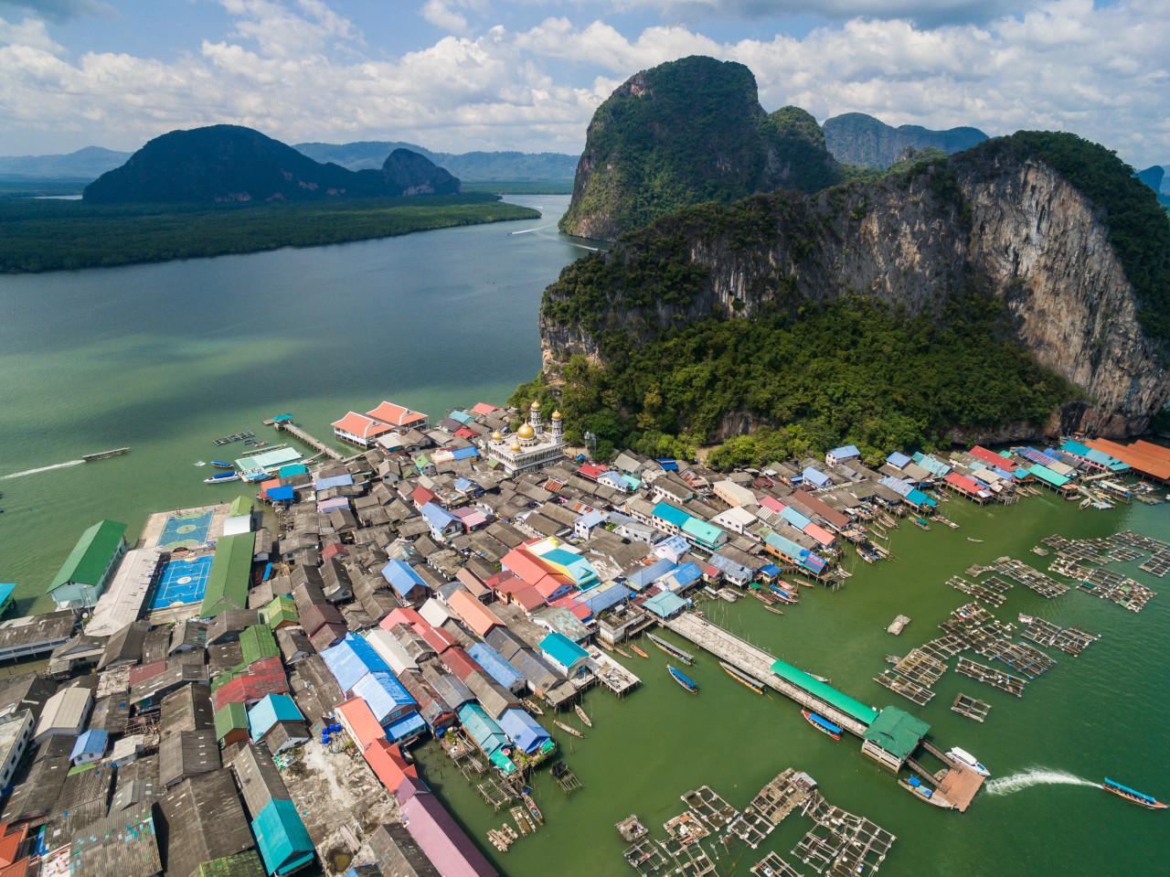 Vue du village de pêcheurs Ko Panyee dans la baie de Phang Nga. (© Parshina Marina - Shutterstock.com))