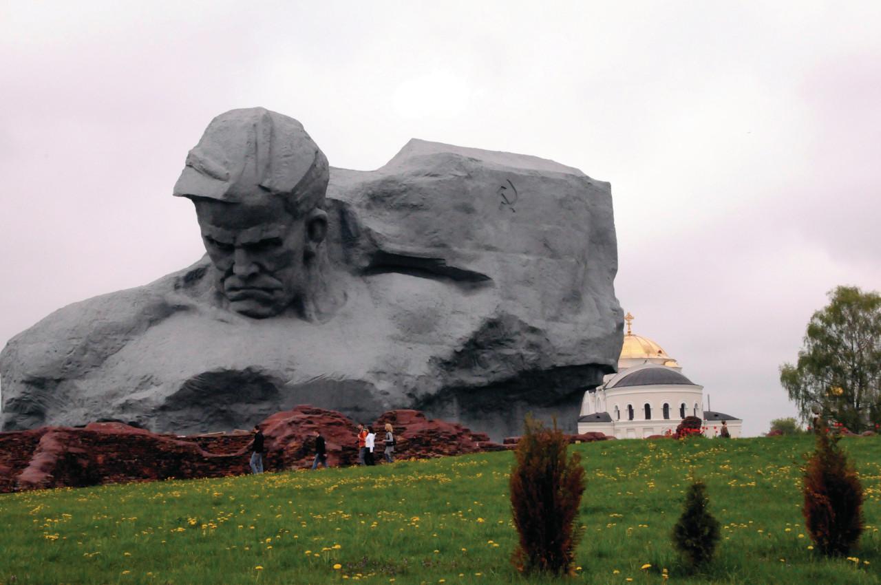 <i>Le Courage,</i> sculpture principale de la forteresse de Brest.