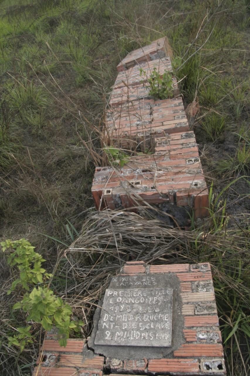 Monument commémorant le lieu où étaient embarqués les esclaves, ou bout de la route du même nom. (© Stéphane DAMANT))