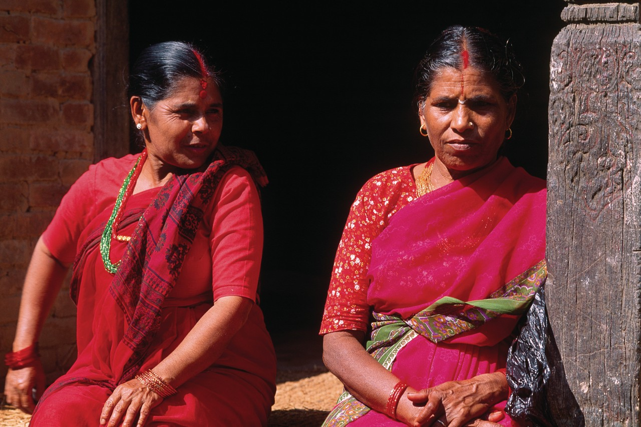 Femmes hindoues marquées d'un tika rouge, porte-bonheur. (© Author's Image))