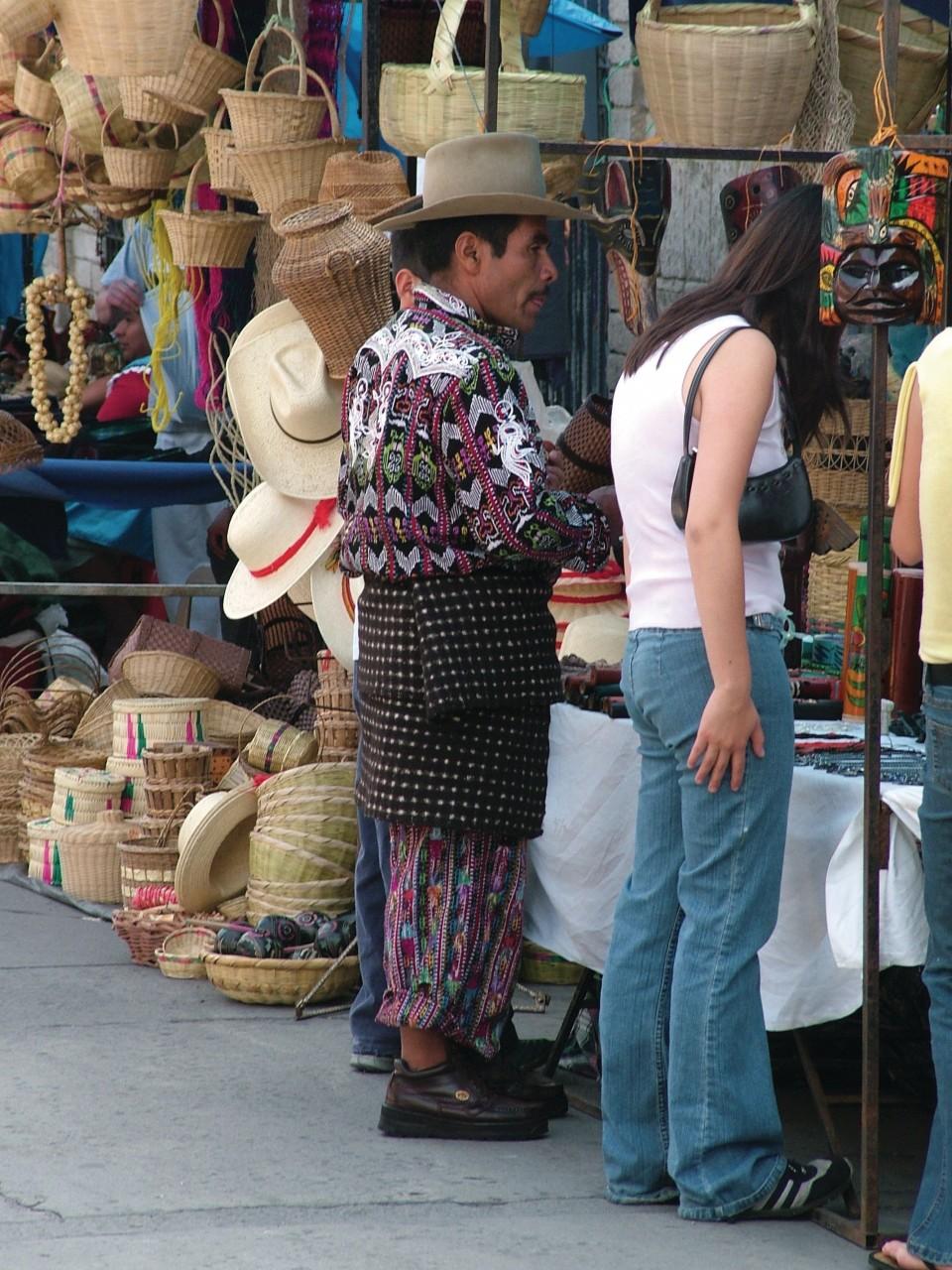 Vendeur sur le marché de quetzaltenango. (© Binax - Fotolia))