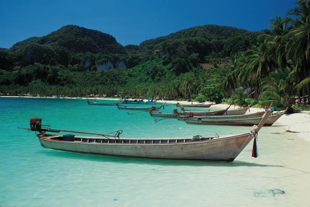 Barques traditionnelles sur la plage de la baie de Phang Nga. (© Arthur LEROY - Iconotec))