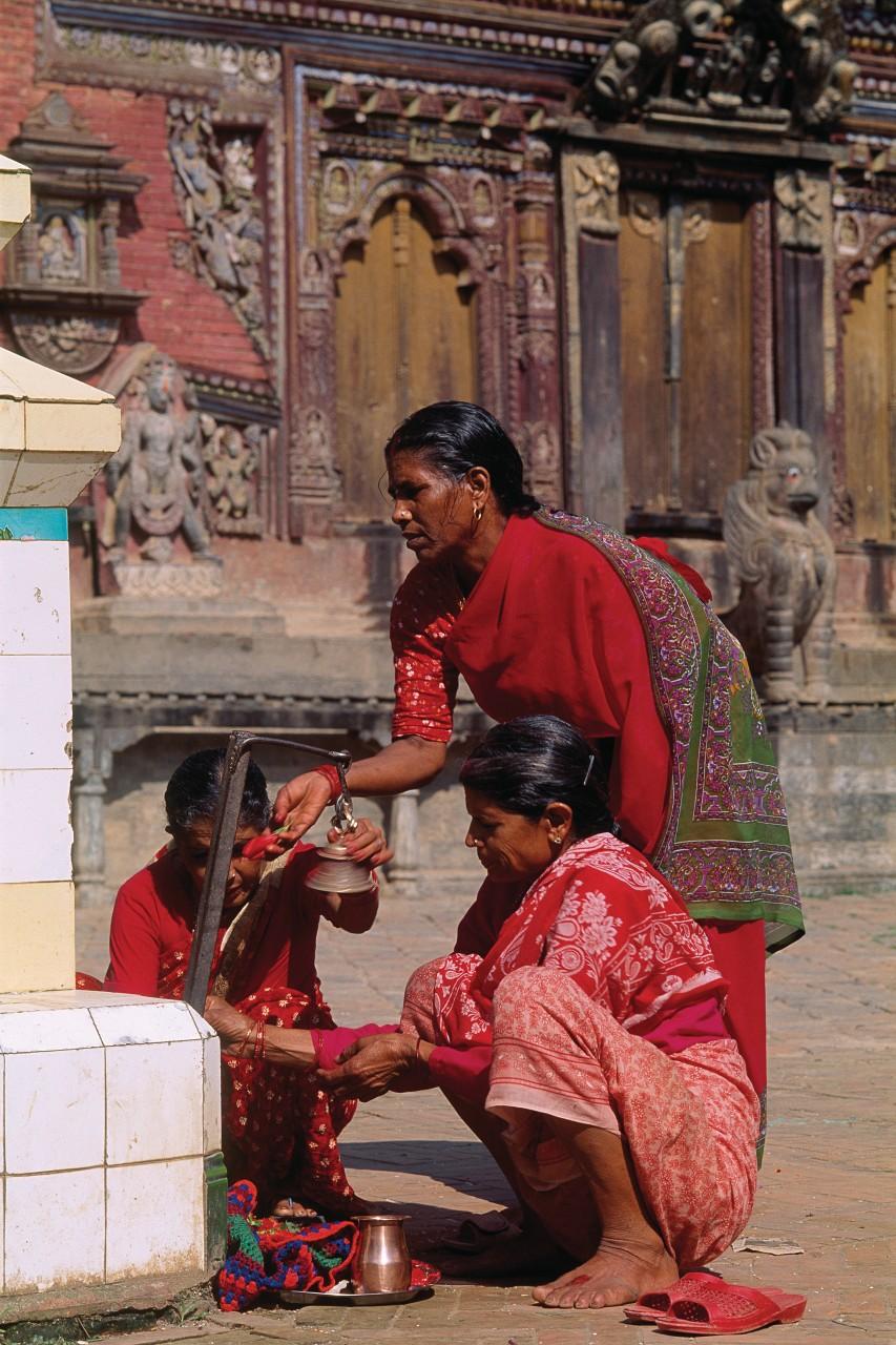 Tous les jours, les Népalaises se rendent au temple pour faire leur puja (cérémonie d'offrande). (© Author's Image))