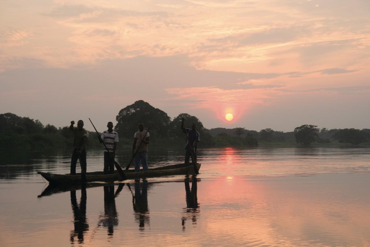 Pêcheurs sur l'Alima, affluent du Congo qu'avait descendu Pierre Savorgnan de Brazza. (© Stéphane DAMANT))