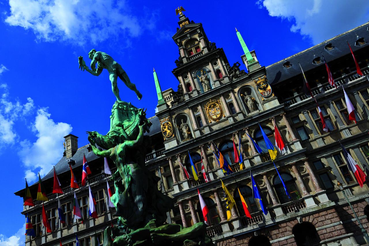 Estatua de Silvius Brabo a los pies del Ayuntamiento.