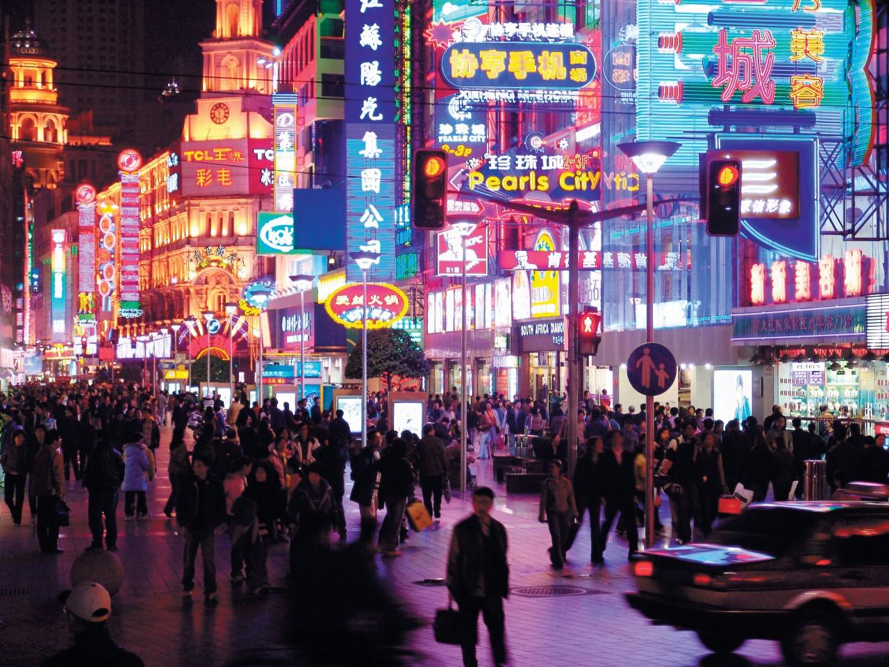 La calle Nanjing explota de enseñas luminosas multicolores desde el anochecer de la noche.