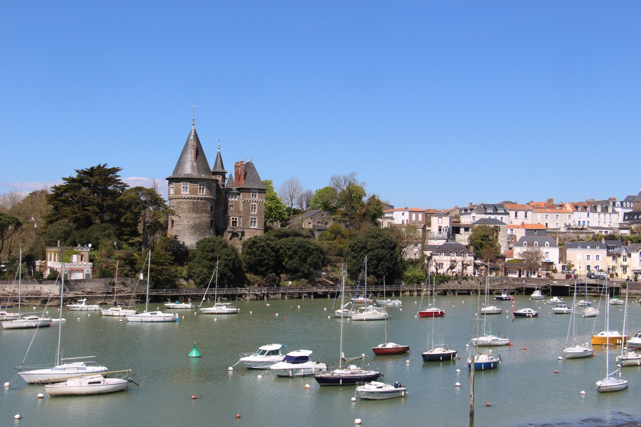 Port et son château. (© Linda CASTAGNIE))