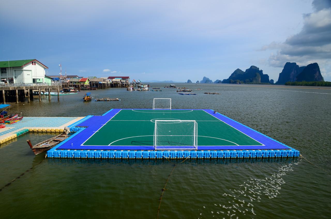 Terrain de football flottant à Koh Panyee. (© SP rabbito - Shutterstock.com))