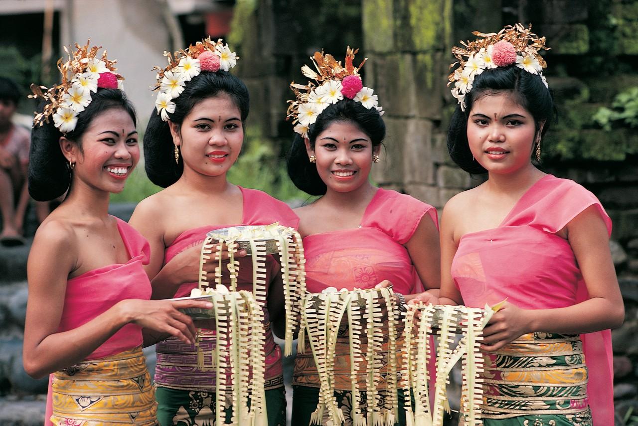 Four pendet dancers.
