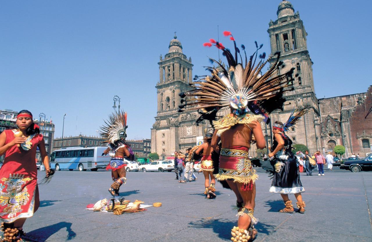 Bailarines en la Plaza de la Constitución (El Zócalo).