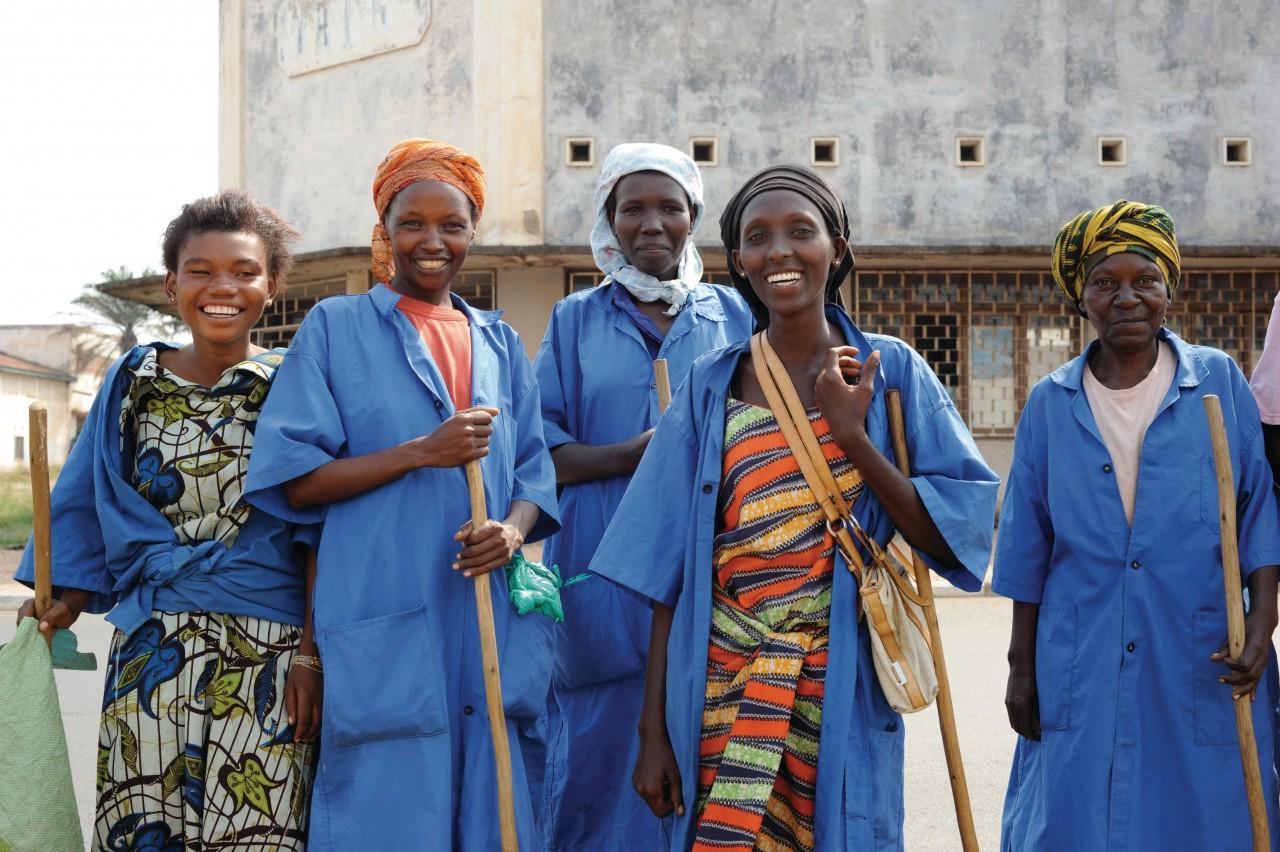 Travailleuses communales à Bujumbura. (© Indra STRUYVEN))