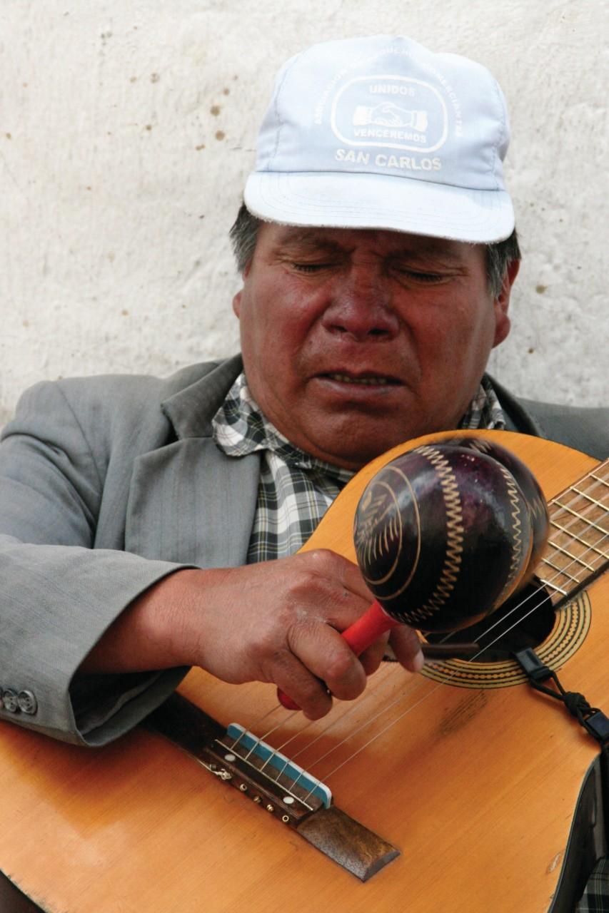 Musicien animant les ruelles du Vieux Quito. (© Stéphan SZEREMETA))