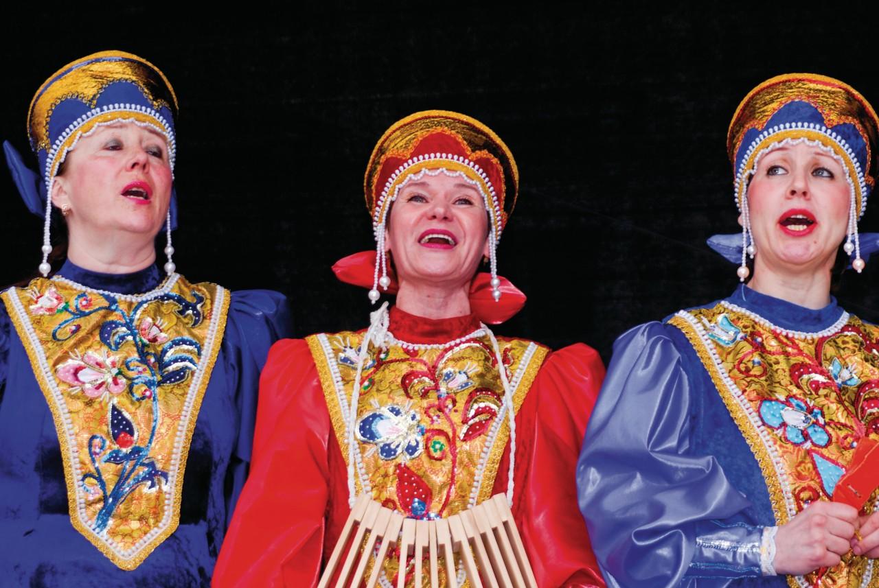 Chants et costumes russes sur Raekojaplats.
