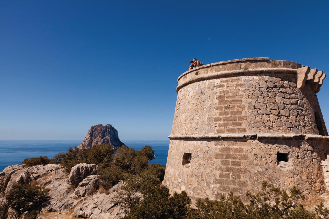 Torre des Savinar (Torre del Pirata) facing Es Vedrà.