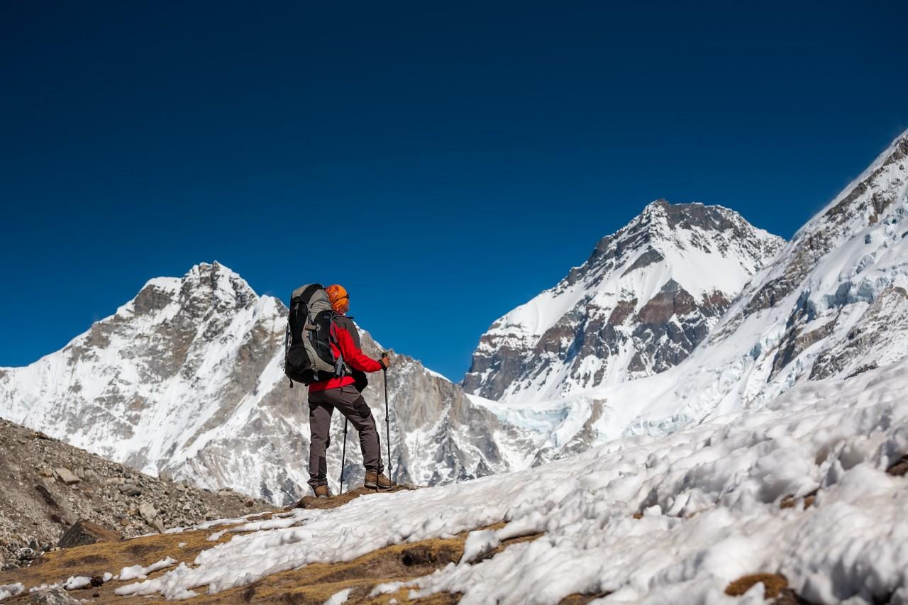 Trekker approchant le sommet Pumori