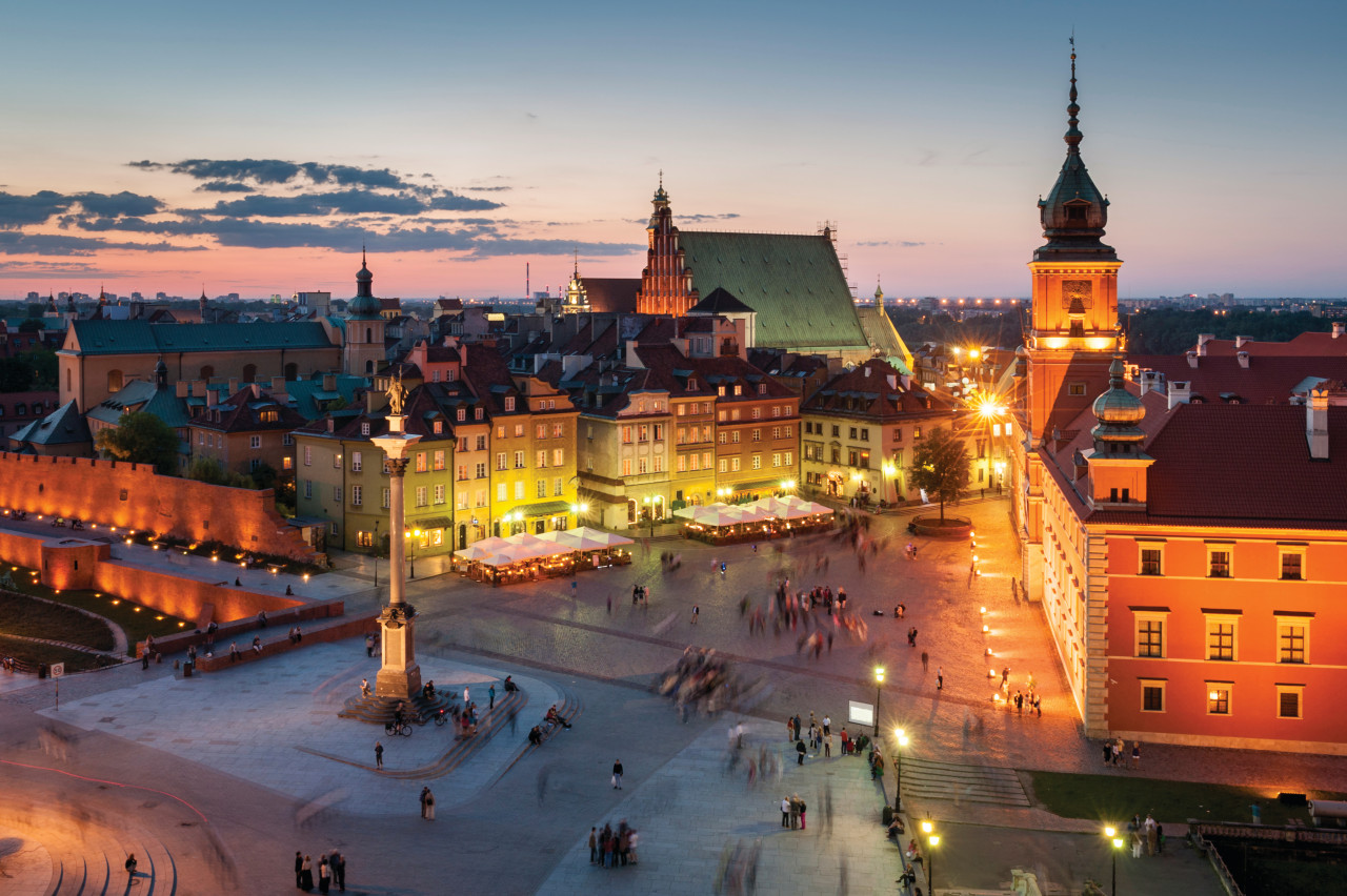 Night panorama of the Royal Castle and the old town of Warsaw.