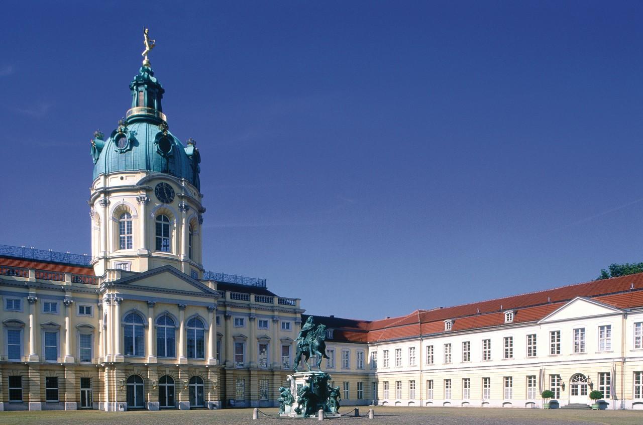 Château de Charlottenburg et statue du Grand Electeur (Frédéric Ier) (© Siegfried Stoltzfuss - Iconotec))