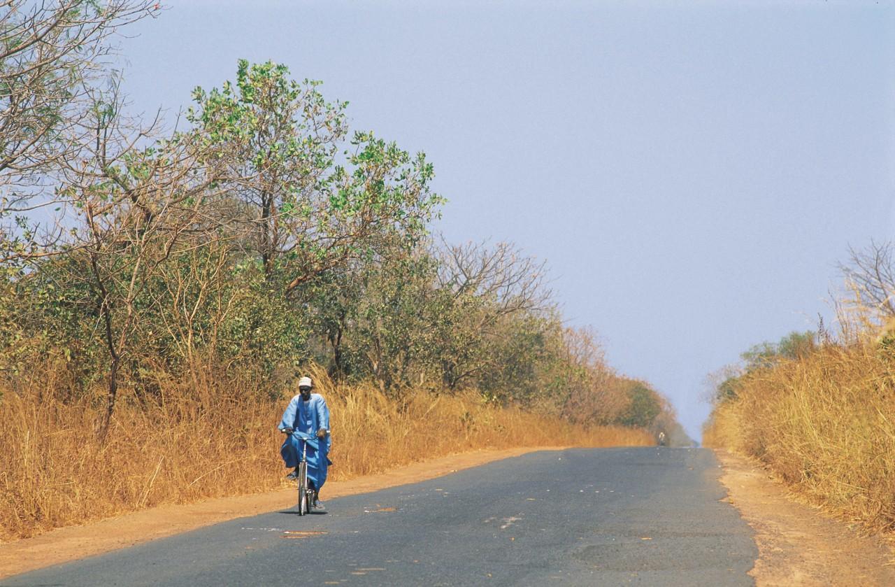 Sur une route de Casamance. (© S.Nicolas - Iconotec))