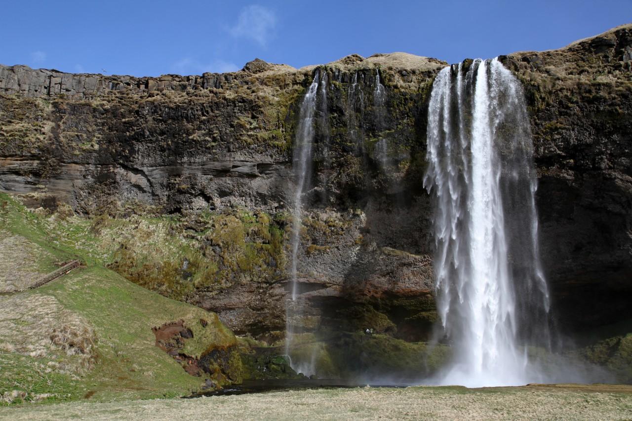 Seljalandsfoss est une chute d'eau mesurant 65 mètres de hauteur.