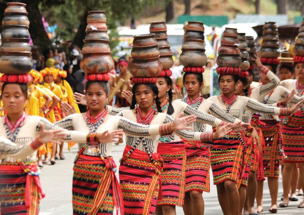Danza tradicional durante el Panagbenga Festival en Baguio.