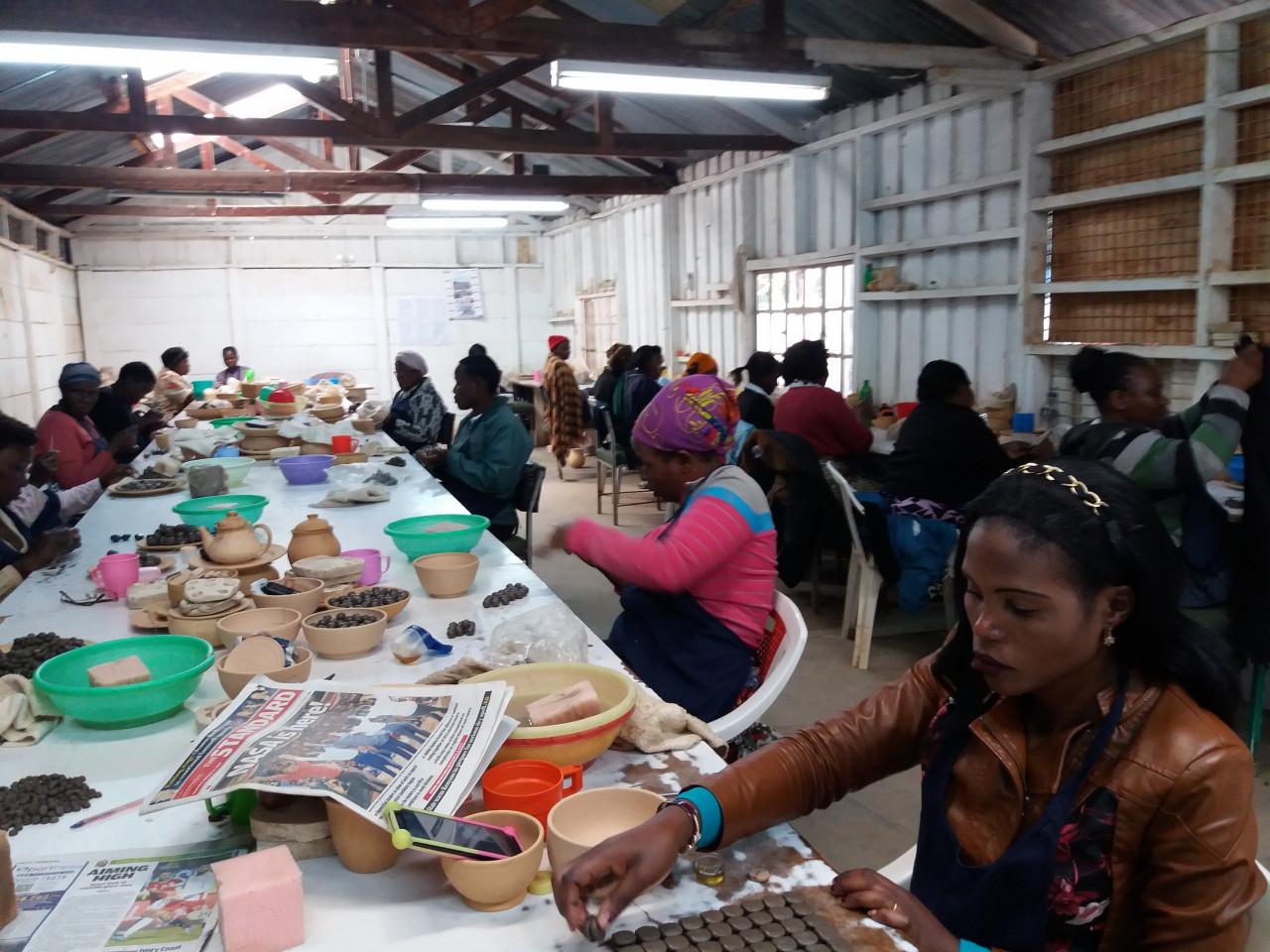 Atelier de fabrication de céramiques - Kazuri. (© Sophie ROCHERIEUX))