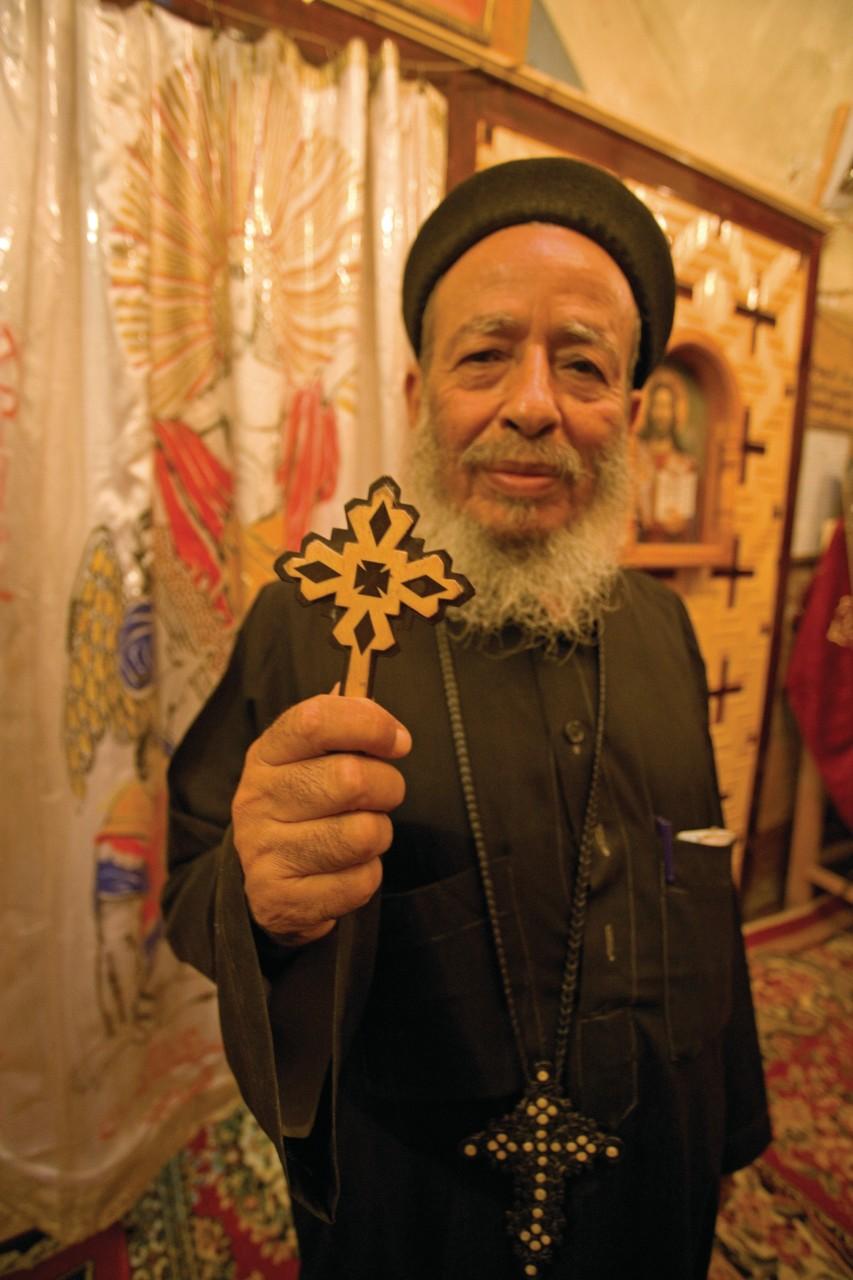 Prêtre de l'église copte et monastère Theodoros El-Morhab. (© Sylvain GRANDADAM))
