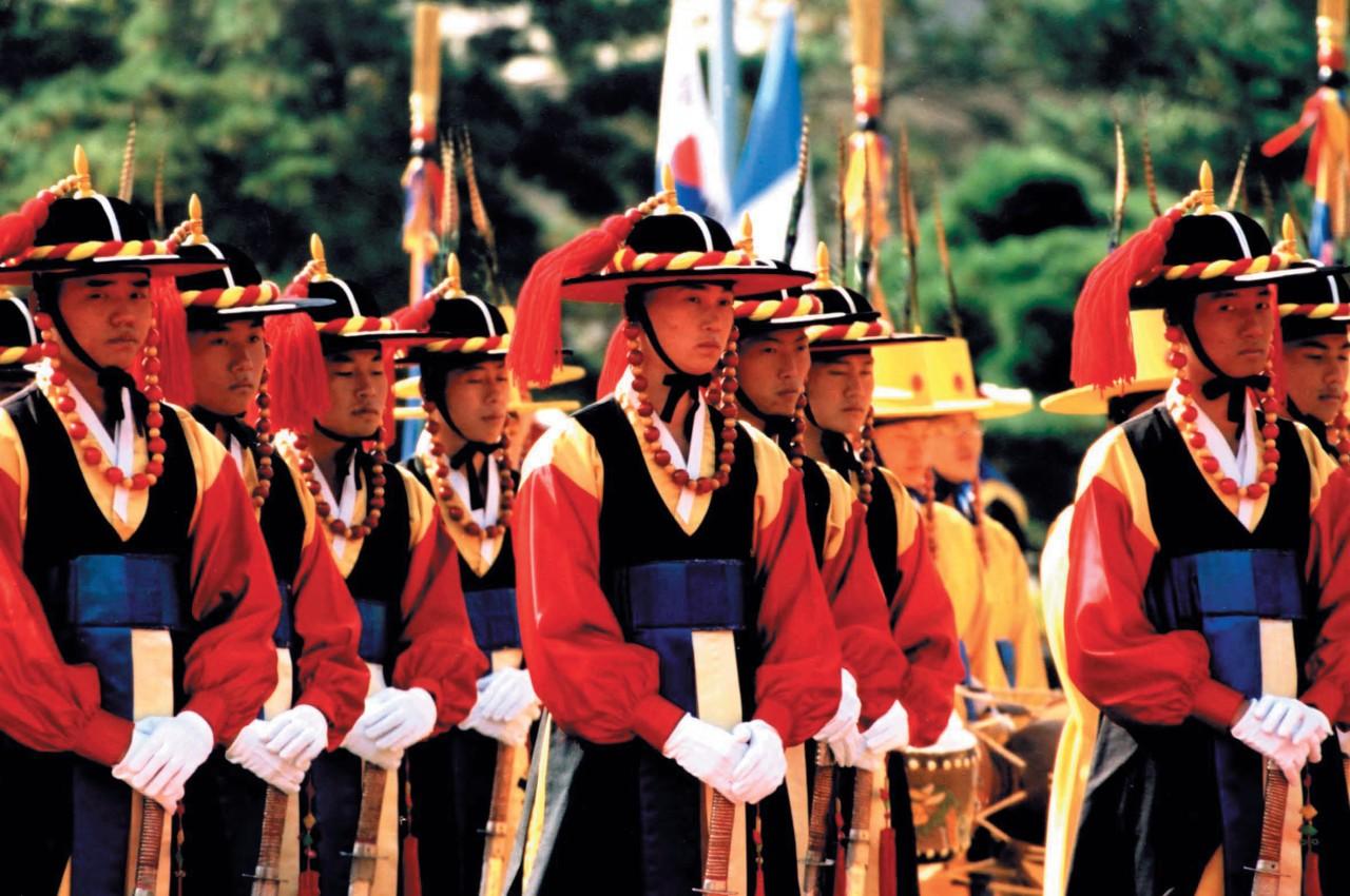 Changement de la garde royale au palais Deoksugung.