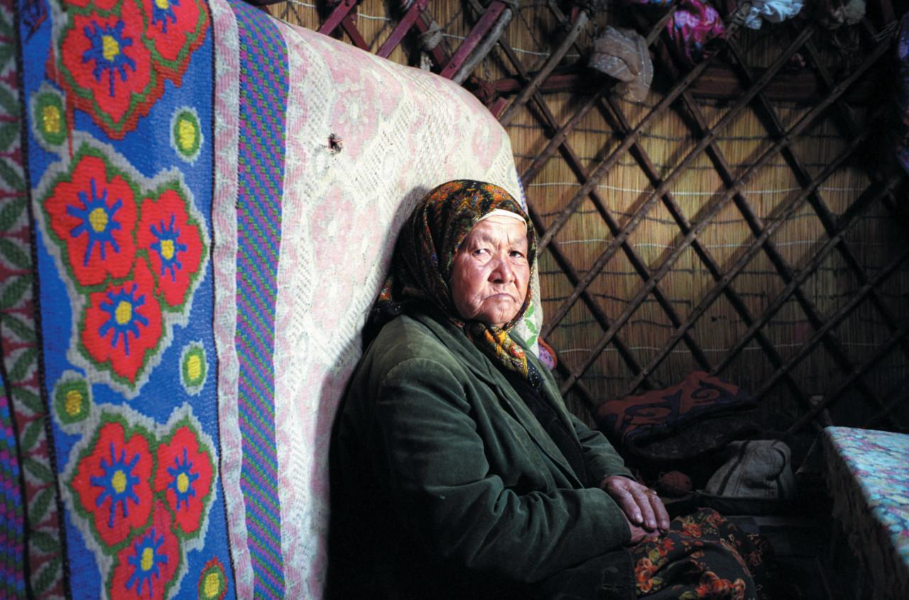 Femme nomade à l'intérieur de sa yourte.