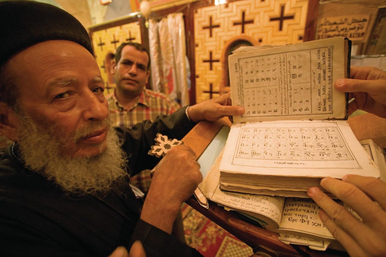 Lecture et chant en langue copte ancienne, monastère Theodoros El-Morhab. (© Sylvain GRANDADAM))