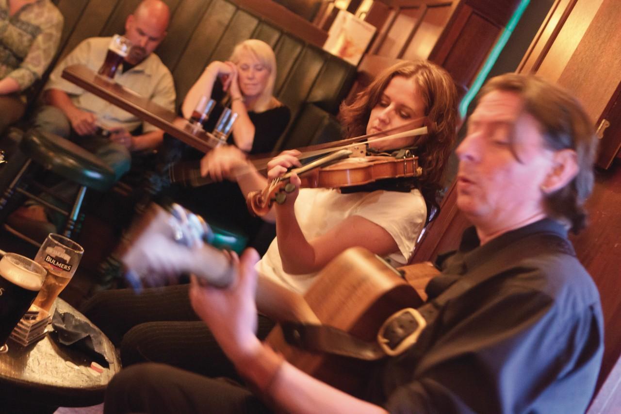 Appréciez votre bière au son de la musique celtique. (© Lawrence BANAHAN - Author's Image))