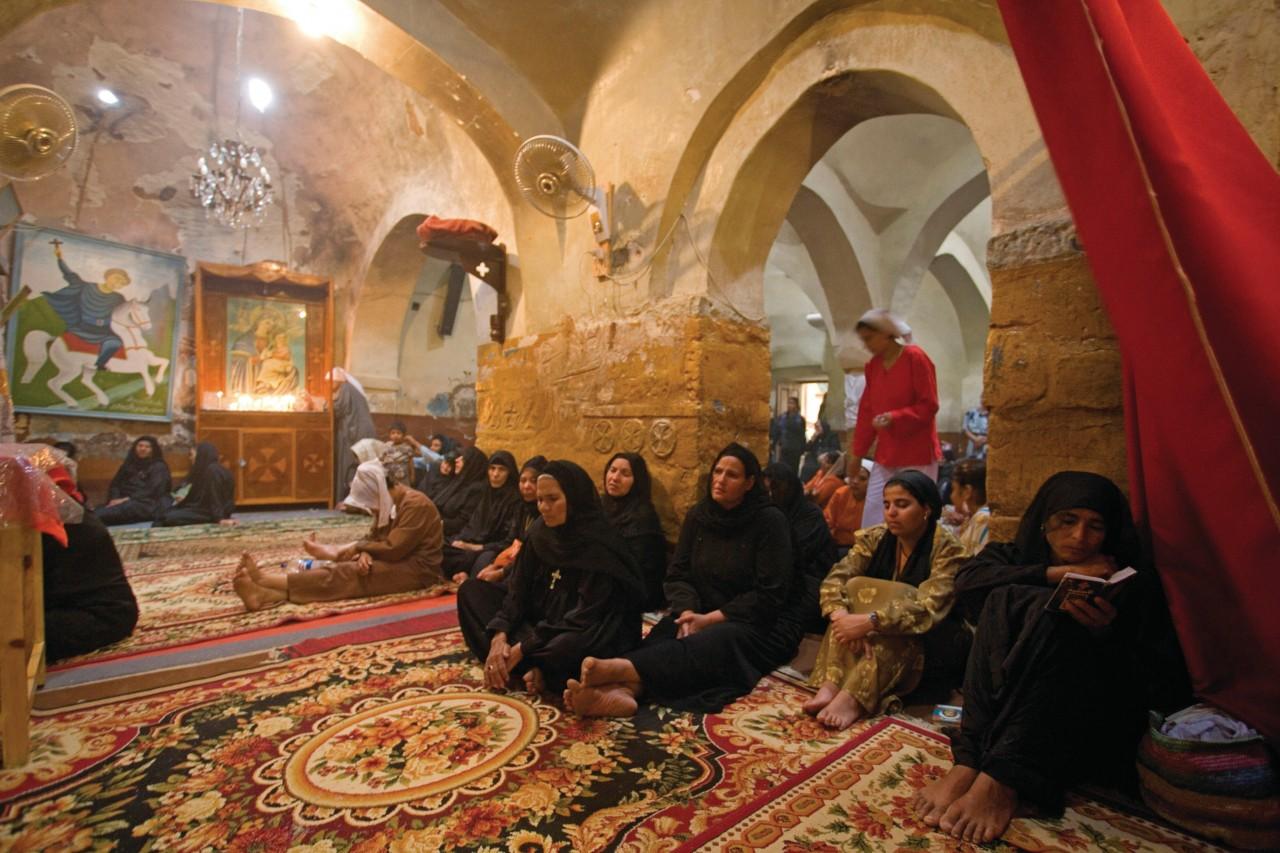 Derriere le rideau, le coin des femmes dans l'église copte et le monastère Theodoros El-Morhab. (© Sylvain GRANDADAM))