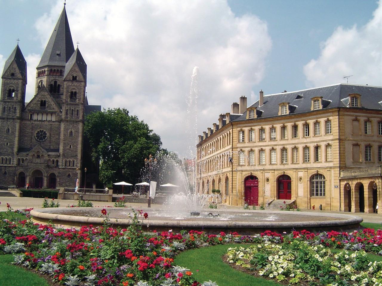 Le Temple Neuf et la place de la Comédie (© Jérôme DELAHAYE - Fotolia))