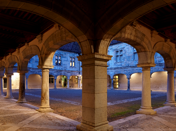 Cour du musée du Temps - ©© Photographie Pierre Guenat