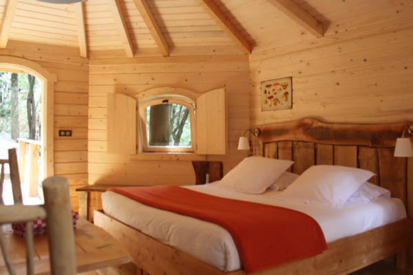 les cabanes dans les bois h tel villalier 11600. Black Bedroom Furniture Sets. Home Design Ideas