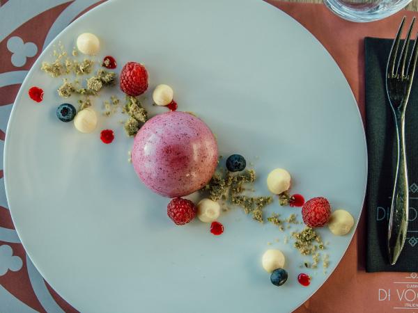 moussa cassis coeur framboise, crumble pistache,crémeux yuzu, fruits rouges frais - ©di voglia