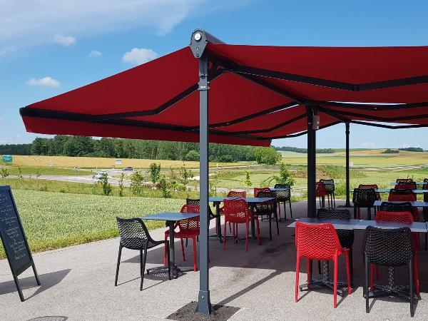 La terrasse de l'Imprévu offre une vue panoramique sur les plaines de sa région Bourgogne Franche-Comté. - ©Isabelle Regnet