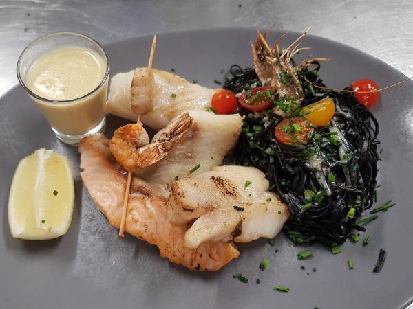 Plancha de poisson, beurre blanc citronnée, tagliatelle à l'encre de seiche - ©Isabelle Regnet