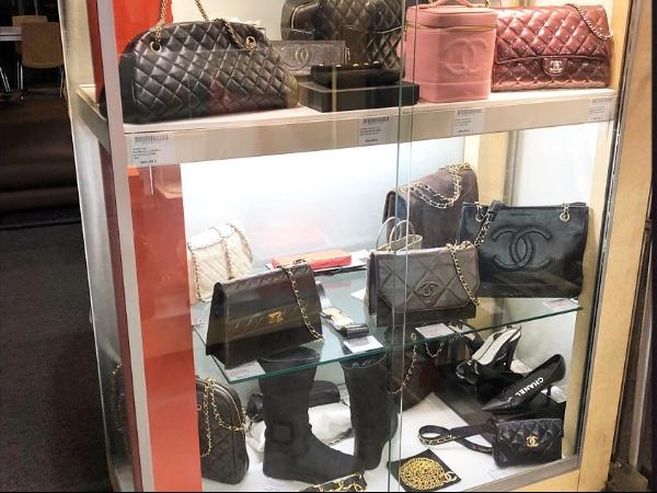 Accessoires de Mode Vitrine Chanel - ©Oplus