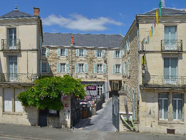 L'entrée de l'hôtel - ©Logis Le Fontarabie