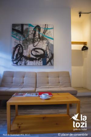 Chambre - sofa - ©LA TOZI GALERIA HOTEL