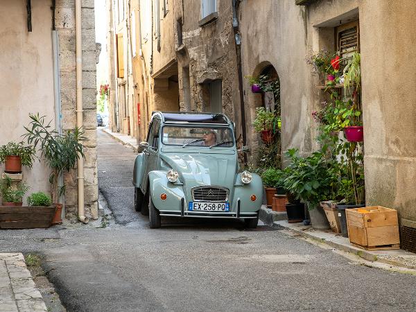 Parcourez les ruelles des merveilleux villages de Provence - ©Oh my Deuche