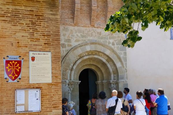 Porche roman de l'église Saint-Pierre de Gémil, visite guidée - ©Tourisme Coteaux du Girou
