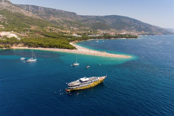yacht île de Brac