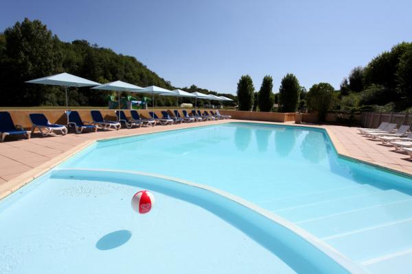 piscine chauffée - ©CAMPING LE PONT DE MAZERAT