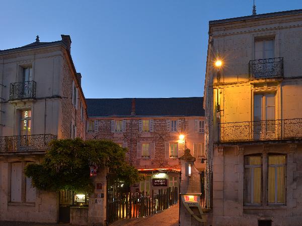 L'hôtel de Nuit - ©Logis le Fontarabie