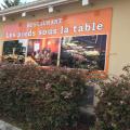 LES PIEDS SOUS LA TABLE